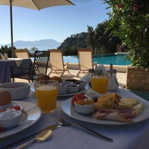 Havuz başında güne muhteşem bir kahvaltı ile başlamak